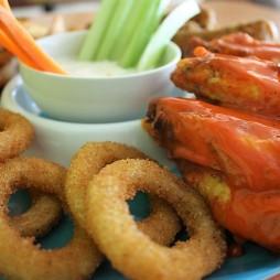 Csirke, hagymakarikák bundázva, mártogatós zöldségek, sültkrumpli