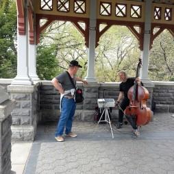 Lali egy ukrán utcai zenésszel konzultál