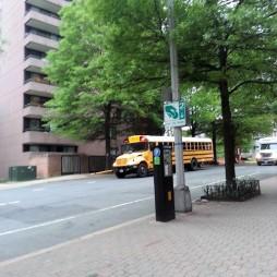Az iskolabuszoknak nincsenek fix megállóhelyeik. Egyeztetés alapján ott állnak meg ahol a gyerek/ek laknak. A szembejövő és a mögöttük haladó autók mindig megállnak. Van egy rúd a busz elején, amely kinyílik a járda felé amíg a busz áll.