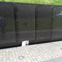 Vietnam Veterans Memorial (1982). Hossz: 75,21 m, a falba gravírozott nevek száma: 51.191