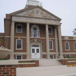 A Városháza. 2008 februárjában, a városi tanács ülésezése idején itt történt a tömeglövöldözés. Mérleg: 5 halott, 1 súlyos sebesült