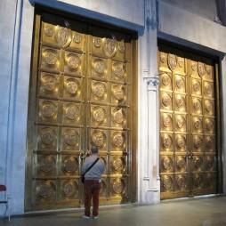 Lali a St. John the Divine Katedrális bejáratánál