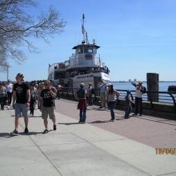 A Circle Line hajója a Liberty Island-nél
