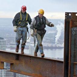 Napjaink vasmunkásai lépkednek a magasban egy 8 inch (20,32 cm) széles acélgerendán. Manhattan, NYC