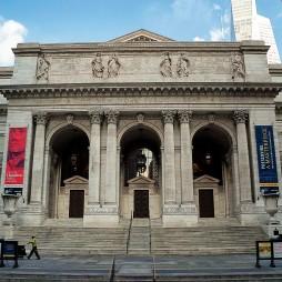 A Bryant Parkot egyik oldalról záró NY Public Library (al. 1895). A háttérben balra a Bryant Hotel cirádás tornya.