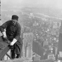 Vasmunkás az Empire State Building építkezésén, 1930. Az építkezésen 3400 munkás dolgozott 410 napig. Jobbra a Chrysler Building (1930), a távolban a Queensboro Bridge