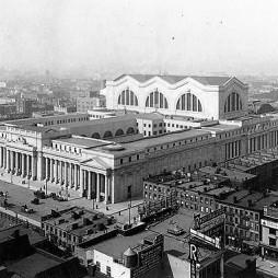 """A lebontott Pennsylvania Station. A mai Madison Square Garden helyén állt épület a város egyik csodája volt, egészen 1963-ig. A régi pályaudvar földalatti része mai is létezik az új Penn Station alatt. Lebontása miatt máig kárhoztatják a City lakói a valamikori döntéshozókat. Építése 1901-ben kezdődött és 9 évig tartott. A tervezéssel megbízott Mead & White építészcég (ők tervezték a Columbia Egyetem campusát is) igazi klasszicista remekművet varázsolt Manhattan szívébe. Úgy vélték, a pályaudvar legyen a """"világ egyik legnagyszerűbb metropolisának kapuja"""", és ehhez mérten nem fukarkodtak a grandiózus megoldásokkal. Az épületet Caracalla római fürdői ihlették, csodás oszlopokkal, ablakokkal."""