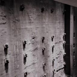 A lerombolt Ikertornyok egy darabja