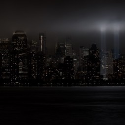 A 9/11-es tornyok helyét megvilágító reflektorok