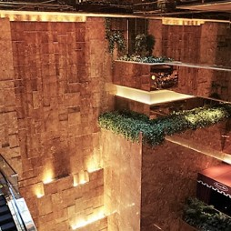 A lobby-szökőkút 4 emelet magas
