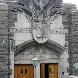 Thayer Hall, amit eredetileg lovardának terveztek. Stílus: gothic revival.