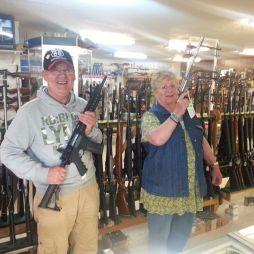 Egy fegyverüzletben Chandler-ben. Fegyvert bárki vásárolhat. Az eladó lejelenti a vevőt, a fegyver típusát stb.