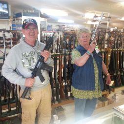 Egy fegyverüzletben Chandler-ben. Két férfi volt az üzletben, az egyiknél volt marokfegyver is hátul, a nadrágjába tolva.