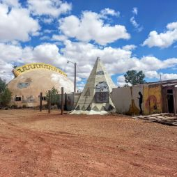 Elhagyott, lepukkant, indián-style bulizó hely. Meteor City Trading Post. Úton a Meteor Crater felé.