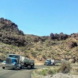 """""""Aranyos"""" teherautók hozzák a bányából a kincset, Sitgreaves Pass AZ"""
