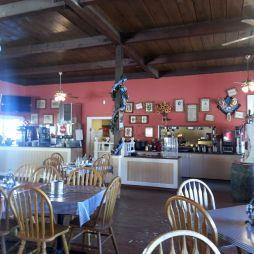 Az étterem, Calico. A vödrökben mogyoró van, a héját a padlóra kell dobni vagy köpni...