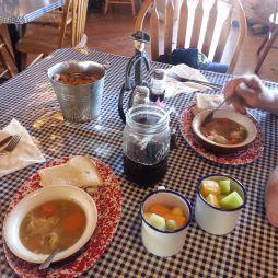 Húsleves, szendvicsek, gyümölcs korabeli zománc bögrében és coke befőttes üvegben.