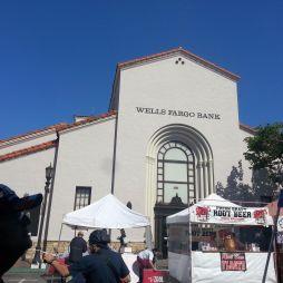 A máig működő Wells Fargo & Co. (est. 1852) a Vadnyugat legnagyobb bankja és szállítója volt. Postakocsik, banditák és az aranyláz kapcsolódik e névhez.