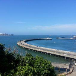 Séta a SF Maritime National Historical parkon át. A háttérben az Alcatraz.