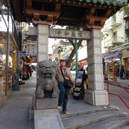 "Lali a ""főbejáratnál"", Chinatown Dragon Gate, SF"