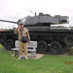 Lali egy újabb, háborúból hazahozott relikvia előtt. Ezeket a tankokat betonlapon kiállítják, körbeparkosítják és rendszeresen pucolják stb. Itt még kispad is van, ahol elmélkedhetsz az életcélodon...