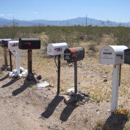 Kiknek hoz itt a postás levelet? A postaládáról: gyakran van rajtuk egy piros kis zászlócska. Azt gondolhatnánk, hogyha felhajtja a postás, akkor látjuk, hogy levelünk érkezett. De nem! Arra való, hogy ha levelet akarsz küldeni, akkor otthon leméred, kifizeted a neten, kinyomtatod a cimkét, melyet ráragasztasz a küldeményre és beteszed a ládába majd felhajtod a zászlócskát. Így a postás látja, hogy kézbesítendő cuccod van és elviszi azt.