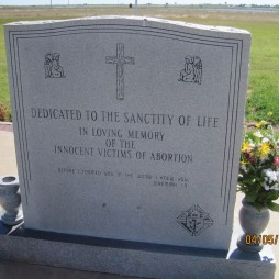 Dedikáció az Élet Szentségének, az abortusz ártatlan áldozatainak emlékére. Groom, TX