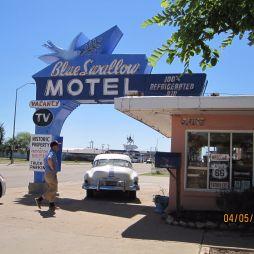 Lali megszemlézi a Blue Swallow motelt (ép. 1939)