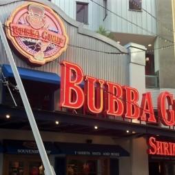 A Forrest Gump (1994) idejében még nem volt meg a Bubba Gump Co. A cégalapítást a film inspirálta Chicagóban.