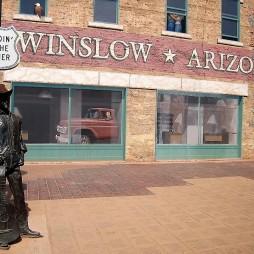 Winslow, AZ A háttérben az épület homlokzata egy falfestmény