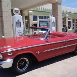 Egy 1963-as duplalámpás Ford Galaxie 500XL... szóval amolyan ahogy kell. Az igazi retrósok ilyen járgánnyal róják a 66-os utat.