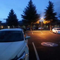 A motelszoba előtt