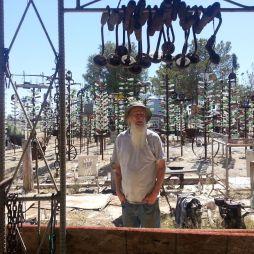 Elmer Long, a Bottle Tree Ranch lakója és megalkotója