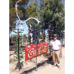 Lali a Bottle Tree Ranch bejáratánál, Helendale