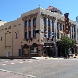 Csodálatos fúziója a pueblo-art deco stílusnak a KiMo Theater, Albuquerque NM (ép. 1927) A név eredete pueblo isleta nyelven kimo = maga a király. A városi legenda szerint a színházban egy kisfiú szelleme kísért, aki meghalt, amikor 1951-ben a hallban felrobbant egy kályha. A díszítő motívumok között található horogkereszt (swastika) már jóval a nácik általi megszentségtelenítése előtt 12.000 évvel a navahók életigenlő jelképe (boldogság és szabadság) volt.