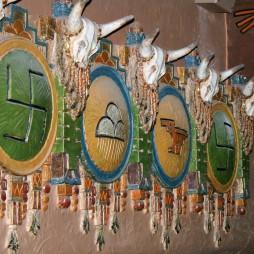 Swastika motivumok a KiMo színházban, Albuquerque, NM. A swastika a hinduizmus szent jelképe is volt és számos más kultúrában pl. a magyar népművészetben is használták a jó szerencse jelképeként.