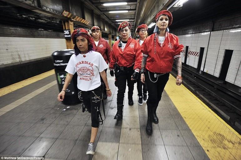Az Őrangyalok (Guardian Angels) egyik női csapata.