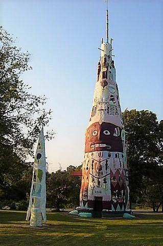 Ed Galloway's Totem Pole Park. A Nemzeti Emlékhelyek sorában nyilvántartott parkban található a világ legnagyobb, 27,5 m magas totemoszlopa. Ed Galloway 1937-től 1947-ig építette az oszlopot mintegy 28 tonna cement, 6 tonna acél és 100 tonna homok és szikla felhasználásával. A parkban található még az indiánok tiszteletére alkotott mintegy 200 faragott kép ill. Galloway Hegedűs Háza is. Rogers County, Oklahoma. I-44 West, Exit 269.