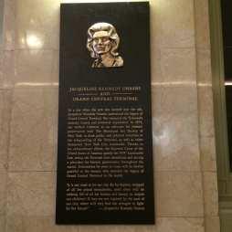Jackie Kennedy elszánt és határozott fellépése hozzájárult a Grand Central lebontásának megakadályozásához. 1975-ben egy irodaház-felhőkarcoló építésének projektje jelentett volna halálos ítéletet a Beaux-Art építészet legfényesebb képviselőjének, NYC egyik szimbólumának, a Grand Central Terminalnak.