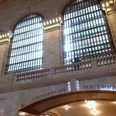 A hatalmas ablakok mögött alig látható folyosók vannak. Itt közlekedik az irodai adminisztráció.