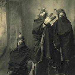 A cherokeek azt gondolták, hogy fényképezéskor elvész a lelkük a képben. Ezért eltakarták az arcukat.