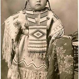 Cheyenne kislány gyöngyös ruhában mellvérttel, 1915 Oklahoma