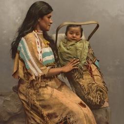 Chippewa nő gyermekével, 1900.