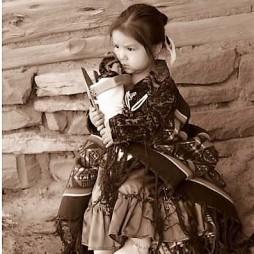 Őslakos kislány babával.