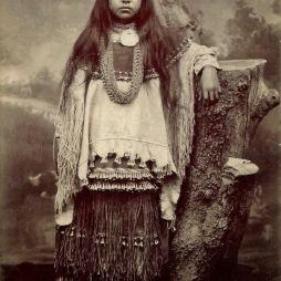 Lozen, Victorio apacs főnök húga. Geronimo mellett harcolt. A leghíresebb apacs női harcos és látnok. Mint sok más apacs, ő is tüdőbajban halt meg fiatalon.