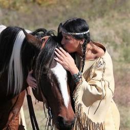 """Lovához beszélő cherokee """"suttogó"""" nő (c) Nancy Greifenhagen / Nancy G. Photography"""