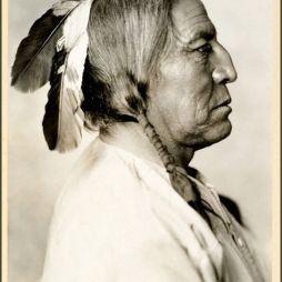 John Two Guns White Calf (Fehér Borjú), Feketelábú (Blackfoot) Főnök, 1872-1934. http://www.nativeheritageproject.com/2012/05/21/john-two-guns-white-calf