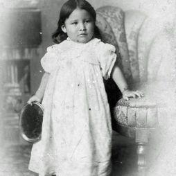 Zintkala Nuni Lost Bird (dakota) elárvult a Wounded Knee csata idején 1890. dec. 29-én. Leonard Wright Colby generális adobtálta és nevelte fel.