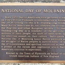 Az Egyesült New-England-i Indiánok Nemzeti Gyásznap emléktáblája Plymouth-ban