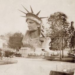 A múzsa egy párizsi parkban via NY Public Library Digital Collection